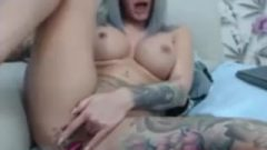 Attractive Inked Vixen Toys Her Fanny On Cam
